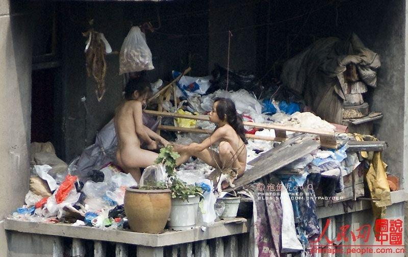 组图:童年黑镜头 低保户凉台上的裸身女孩