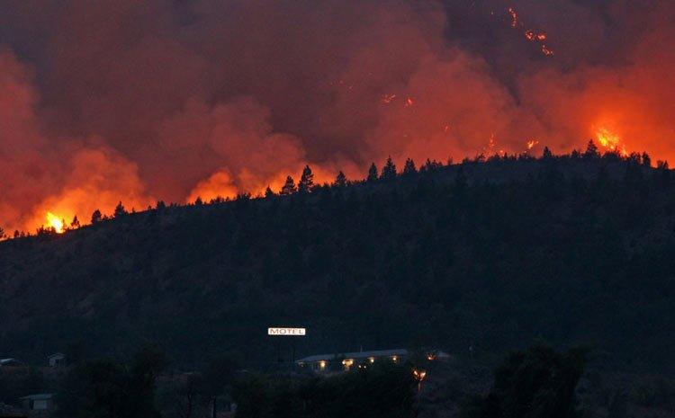 西班牙山火失控疏散4000人 场面震撼