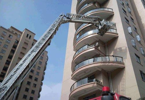 网贴曝高档小区业主用消防云梯装修房子