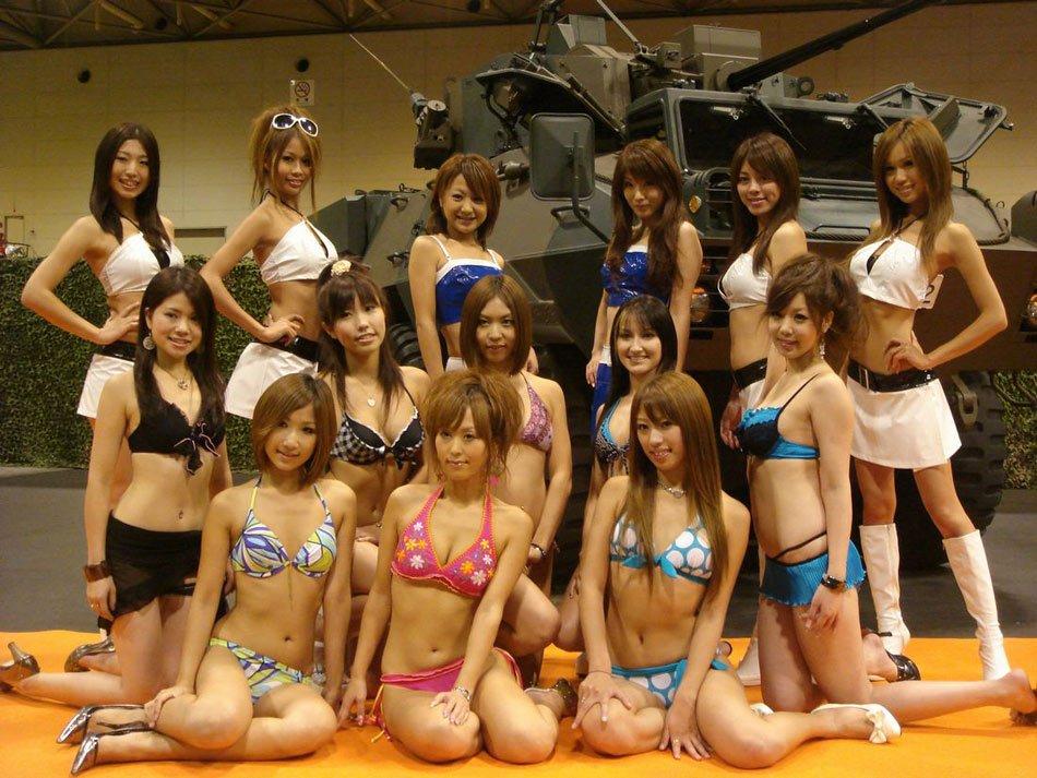 组图:日本自卫队主战武器展请来泳装美女助兴