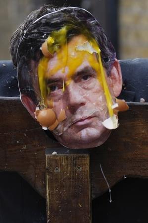 """英""""首相""""被民众推上断头台砸鸡蛋泄愤"""