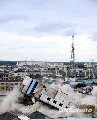 组图:安徽蒙城11层大楼成功爆破