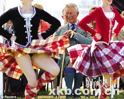 英王储查尔斯趁妻子不在偷瞄*女舞者