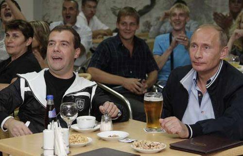 俄总统总理下班后沿街散步 去酒吧看球赛(图)_