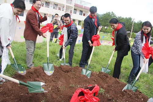 腾讯公司首席行政官陈一丹等领导为尼西完小项目铲土奠基