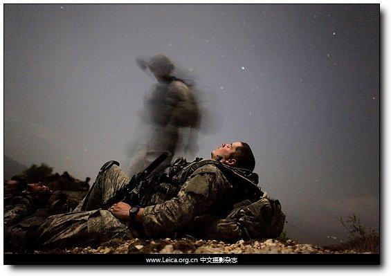 一名美军士兵在一次夜间行动中休息片刻;阿富汗库纳尔省hanaker