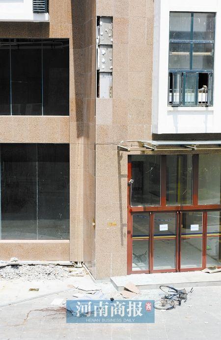 郑州国际广场大楼三块瓷砖脱落 一男子被砸死