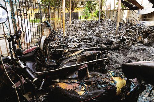 电动车充电起火引燃车棚 近70辆车被烧光(图)