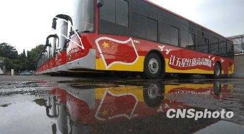 宁波公交车披上国旗装