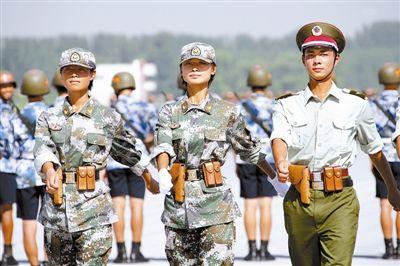 图文:奥运礼仪小姐担任阅兵女民兵方队领队