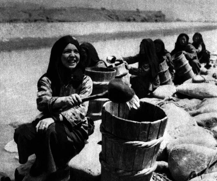 青海省苏志乡的撒拉族妇女灌溉庄稼,1953年 瑛华 摄