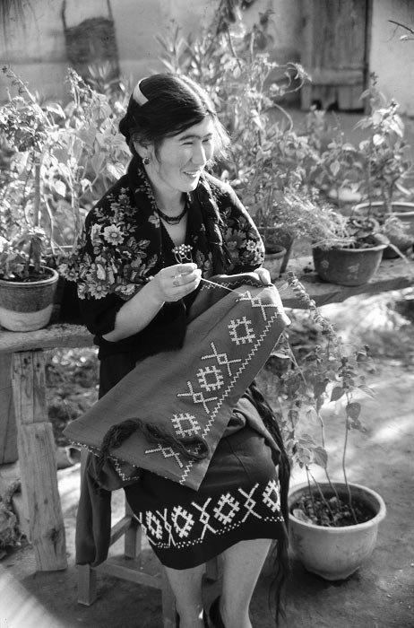 乌孜别克族妇女正在编织绣裙,1990年代.民族画报供图图片