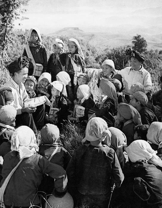 德昂族山村普及了小学五年制教育,1976年 洪毅达 摄