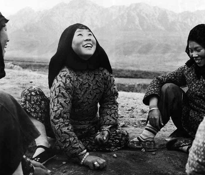 甘肃保安族姑娘玩抓石子,1956年 马鼐辉 摄