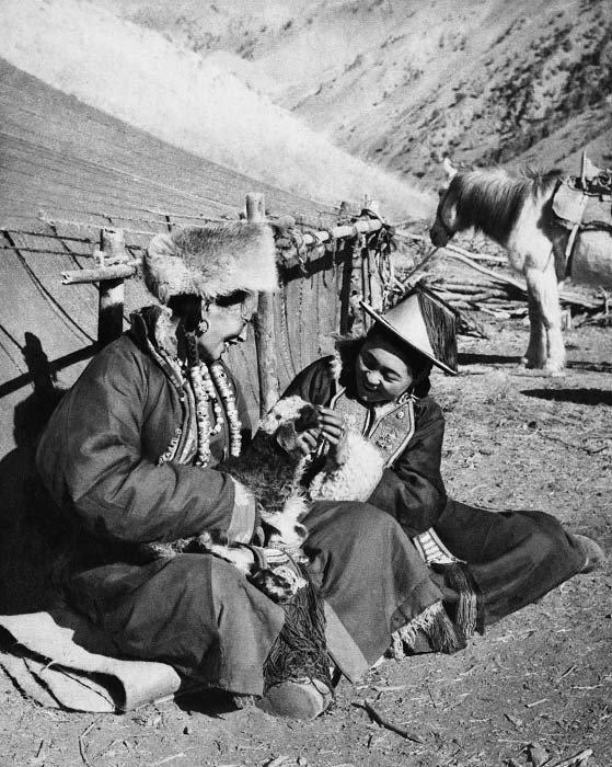 甘肃省祁连山麓牧区的裕固族牧民在检查羊羔生长情况,1957...