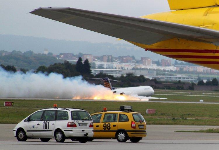飞机迫降后曾经起火但没有乘客受伤。