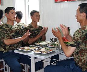 高清图:阅兵村空降兵方队餐前小演讲