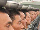 阅兵训练妙招多:拉线顶碗顶军帽(组图)