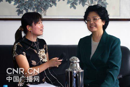 国家人口计生委主任李斌(右)接受中国之声记者刘天思(左)采访。