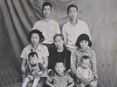 79.这是老婆学生时代的照片,最右边那个小矮个,她上初二,我