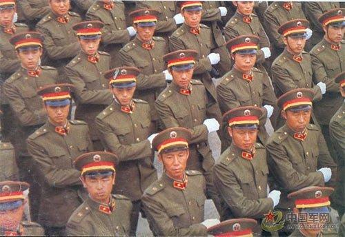 徒步方队单个军人分列式敬礼(图)