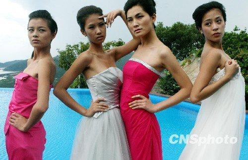 组图:新丝路模特大赛选手秀泳装