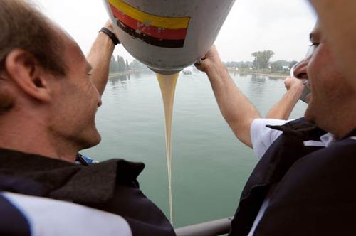 组图:德法奶农莱茵河倾倒牛奶抗议奶价过低
