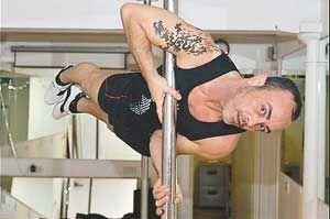 英国38岁壮男打败美女获钢管舞大赛冠军(图)