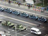 组图:解放军大批新型装备集结进城参加演练