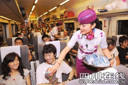 """成遂渝铁路""""和谐号""""动车乘务员亮相"""