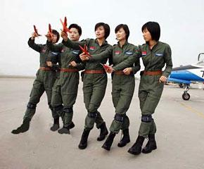 高清图:国庆受阅女飞行员不爱红装爱武装