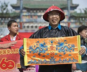 高清图:北京民众载歌载舞迎国庆