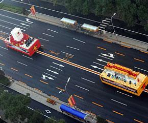 高清图:参加游行的彩车向长安街指定地点集结