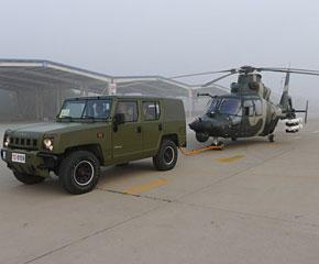高清图:受阅直升机进行最后维护