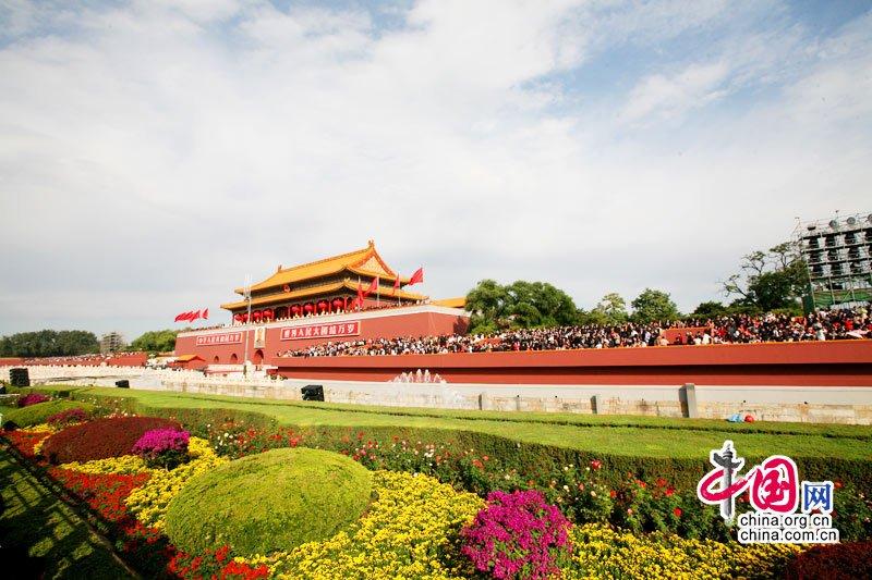 10月1日10时,首都各界庆祝中华人民共和国成立60周年大会将在北京举行。这是花团锦簇的天安门。中国网 杨佳摄影