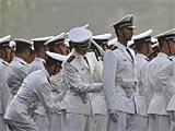 组图:受阅部队在整理军装