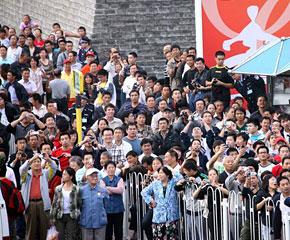 高清图:市民等待观看国庆大典