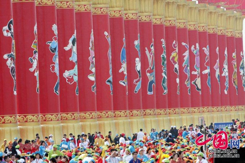 首都各界庆祝中华人民共和国成立60周年大会将于10月1日10时在北京举行。图为天安门广场上的56根红色柱子。中国网/胡迪摄
