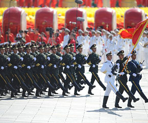 高清图:三军仪仗队接受检阅