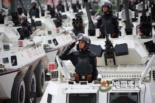 10时54分,武警装甲车方队通过天安门