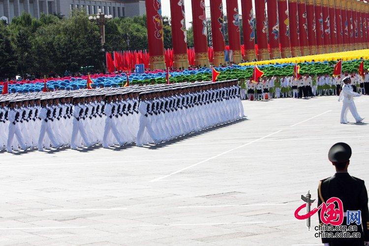 国庆阅兵分列式中的水兵方队正在通过天安门广场 中国网/胡迪摄