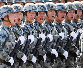 高清图:空降兵方队通过天安门广场
