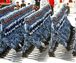 高清图:海军陆战队方队通过天安门广场