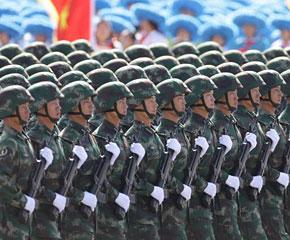 高清图:战略导弹部队徒步方队接受检阅