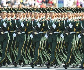 高清图:武警方队通过天安门广场