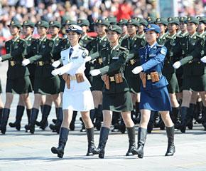 高清图:三军女兵方队通过天安门广场