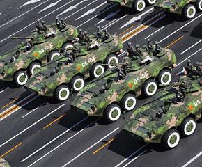 高清图:轮式步战车方队接受检阅