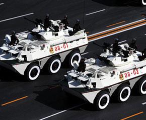 高清图:武警装甲车方队通过天安门广场