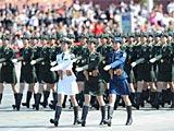 组图:徒步11三军女兵方队