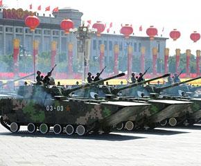 高清图:两栖突击车方队接受检阅